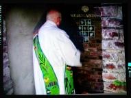 Diakon Heerdt beim Segen des Memorandums